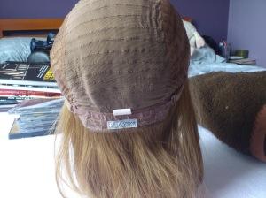 Parte da nuca da peruca, Ela tem dois elásticos que permite o ajuste