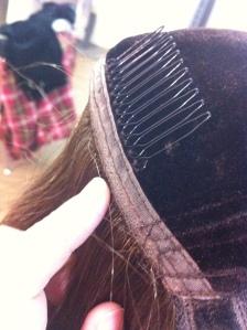 O veludo na parte interna de uma das perucas da Crown Wigs
