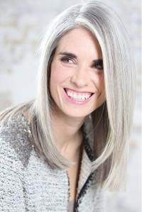 Na minha opinião cabelo branco ou grisalho quando bem cuidado fica muito bonito e clássico, no entanto se o Look não é sua cara, e você não quer ser escrava da tintura ou tem alergia, usar uma peruca é uma solução perfeita!